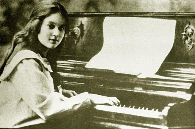 Юная Любовь Орлова, будущая звезда советского кино за фортепиано. 1916 год.