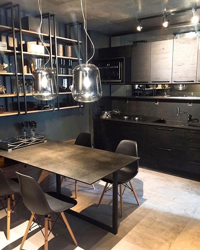 Mais um pouco do projeto lindo Black and Concrete, do escritório André Sartor Arquitetos para o novo ap do promoter Marcello Cabral! Destaque para o mobiliário e paredes negras, para a estante wire frame e para as cadeiras Eames, da LCL Design. Amamos!!!