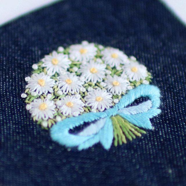 * . マーガレットのミニブーケ . . #刺繍#手刺繍#ステッチ#手芸#embroidery#handembroidery#stitching#needlework#자수#broderie#bordado#вишивка#stickerei