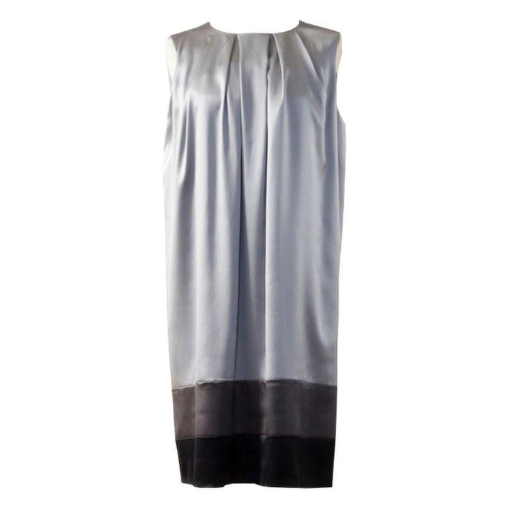 La proposta di oggi parte da un modello della nostra collezione cerimonia, di colore grigio, realizzato in raso di seta...