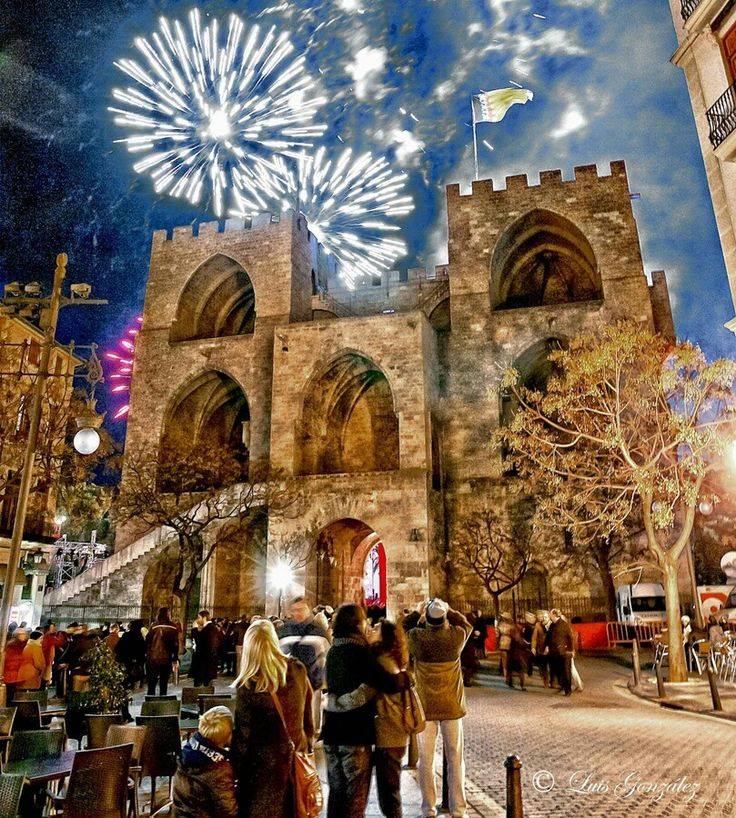 Vista posterior de las Torres de Serrano.. Noche de castillo de fuegos artificiales.. Valencia - España
