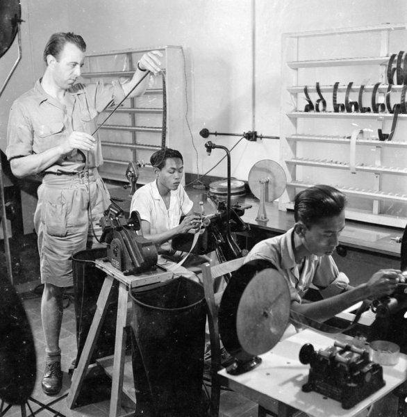 Saïd, Adam en André v.d. Water werken als cutter in het Regerings Filmbedrijf in de voorm. wijk Mr. Cornelis te Jakarta, Indonesië (z.j.)