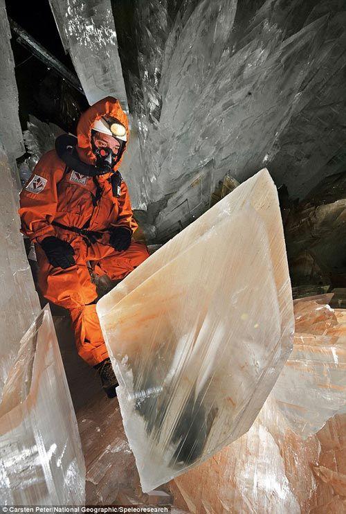 Uno de los espeleólogos se sube a uno de los cristales en la cueva de Naica (México). ¡Debe ser emocionante poder presenciar estas maravillas!