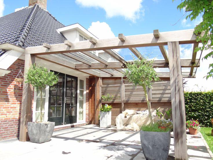 Deze houten veranda heeft aan de bovenkant glas, waardoor het licht niet tegengehouden wordt!