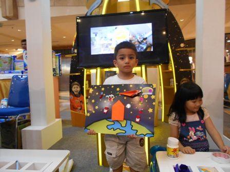 Kreasi Space Sketcher bersama Galeri Akal di zona S-26 Procal Gold Space Trip #galeriakal Untuk berbagi ide dan kreasi seru si Kecil lainnya, yuk kunjungi website Galeri Akal di www.galeriakal.com Mam!