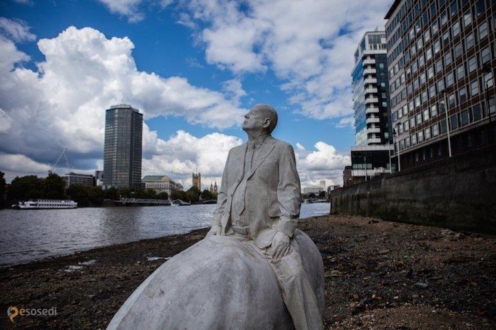 Всадники апокалипсиса – #Великобритания #Англия #Лондон (#GB_ENG) Четыре всадника промышленного апокалипсиса - скульптурная композиция на дне Темзы, установленная, чтобы натолкнуть нас на размышления по поводу сверхпотребления и будущего планеты.  ↳ http://ru.esosedi.org/GB/ENG/1000468451/vsadniki_apokalipsisa/