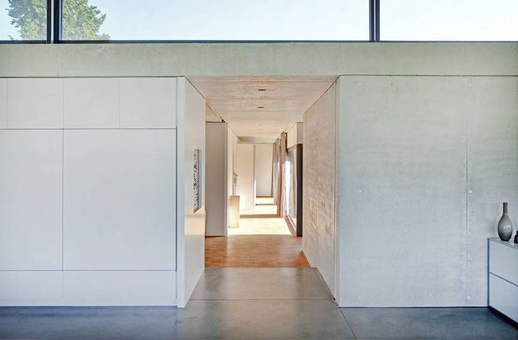 Modernistyczny korytarz, przedpokój i schody od Schenker Salvi Weber
