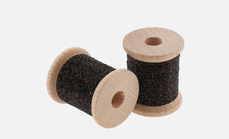 Čokoládová točená lameta 12m  Lameta patrí medzi základné    muškárske potreby, pre všetkých viazačov mušiek. Točená muškárska    lameta je vyrobená