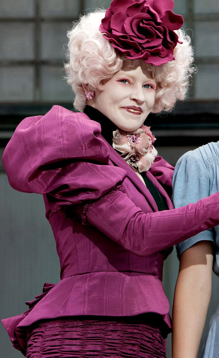 """La creación de Effie Trinket en la saga """"Los Juegos del Hambre"""" necesita 45 minutos de #maquillaje diarios además de una variedad de pelucas y uñas que hacen juego con su ropa. #cine #thehungergames"""