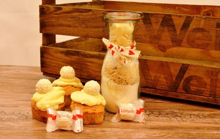 Raffaello Muffins- ein weißer Kokostraum auch zum Verschenken als selbstgemachte Backmischung mit einer Packung Raffaello Kugeln.
