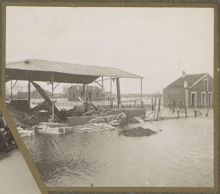 G. Dangereux | Verwoeste schuur en huis in een ondergelopen buitenwijk van Parijs, G. Dangereux, 1910 | Onderdeel van fotoalbum overstroming Parijs en voorsteden 1910.