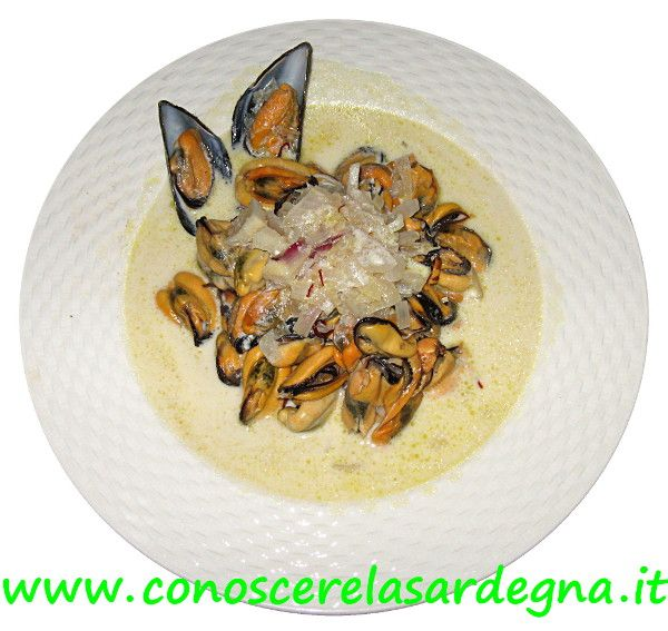 Cucina sarda: Cozze allo zafferano, ricetta secondi piatti di mare Sardegna. Ingredienti, cozze, vino bianco secco, panna, cipolla, zafferano, olio evo. In padella, aggiungere un soffritto di cipolla, fare cuocere, aggiungere la salsa. Servire caldo - www.conoscerelasardegna.it