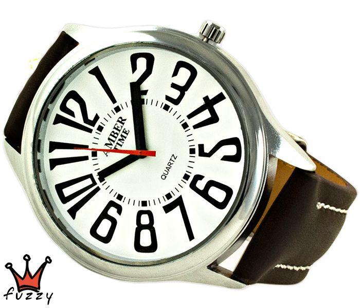 Ανδρικό ρολόι σε ασημί χρώμα με μεγάλα νούρμερα στο καντράν. Λουράκι σε καφέ χρώμα από δερματίνη με λευκές ραφές. Διάμετρος καντράν 50 mm.
