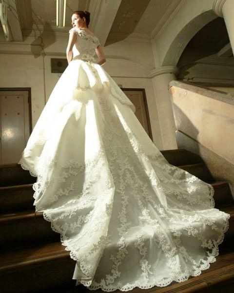 存在感あるトレーンが美しく荘厳な雰囲気を引き立てるウェディングドレス♡参考にしたいブライダル・結婚式のアイデア☆
