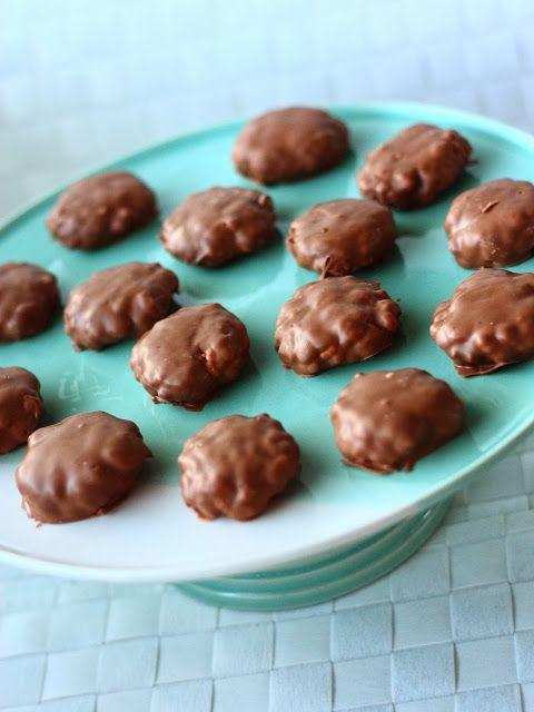 Riisimuromassaa tehdessäni vaahtokarkkeja jäi yli. Koska massa itsessään maistui ihanalta, halusin tehdä lopuista suklaapäällysteisiä makeisia. Ja kyllä kannatti! Nämä muistuttivat paljon Susu-paloja. Rapeita, mutta samalla hieman sitkeitä. Vielä kun lisäisi kinuskia, niin oltaisiin melko lähellä.   Kun olin saanut nämä namit jääkaappiin, löysin hyvin samantapaisen ohjeen Pullahiiren sivuilta. Suklaakuorrutteiset vaahtokarkki-riisimuromakeiset n. 30 kpl Aineet: …