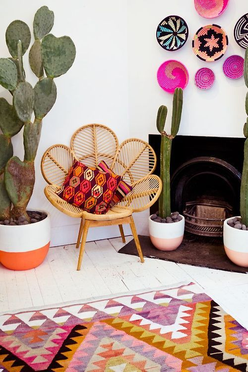 Precioso rincón de aire mexicano... Cactus + silla y cestos de Mimbre + alfombra Kilim • Cactus, baskets, rattan chair, Mister Zimi antique kilim rug, colors...