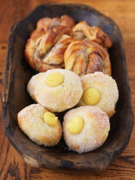Ersatte maizena i vaniljkrämen med för lite potatismjöl så den blev för rinnig och sen jäste jag nog bullarna för kort tid så allt blev kladdigt och smakade deg. Gör om gör rätt!  Recipe for cardamom knots / Leila's blog | Freshly baked (Leila Lindholm)