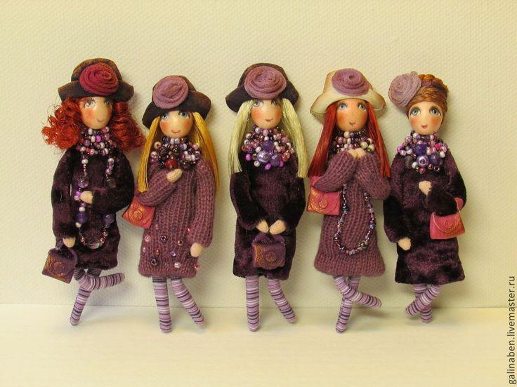 Купить или заказать Брошки Дамочки в интернет-магазине на Ярмарке Мастеров. Миниатюрные дамочки при полном параде. Модные яркие платья, кружева, бижутерия, шляпки с розами, кожаные сумочки - весь набор трендов нового фешн сезона. Все-все разные, брюнетки, блондинки, рыжие, кудрявые, с прямыми волосами....всегда выбрать трудно:)) Цена указана за одну бр…