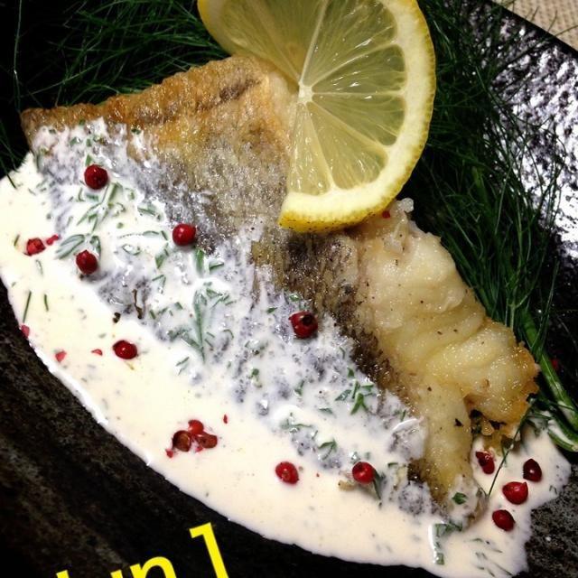 志野ちゃんから頂いたフェンネル…  何とも言えないフワッと口の中に広がるお野菜に合わせて蛋白な白身魚にホワイトソースとレッドペッパーでパンチを効かせました   ヤヴァイ   旨旨なんですけど… - 88件のもぐもぐ - 白身魚のムニエルのホワイトソース鎌倉野菜添え〜 by Jun1Nakada
