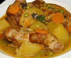 Cordero guisado con patatas / 1 kg. de cordero troceado. 1 cebolla. 2 dientes de ajo. 1 tomate. 2 patatas. 2 zanahorias. 100 g. de guisantes. tomillo. perejil. 1 vasito de vino blanco. aceite. sal