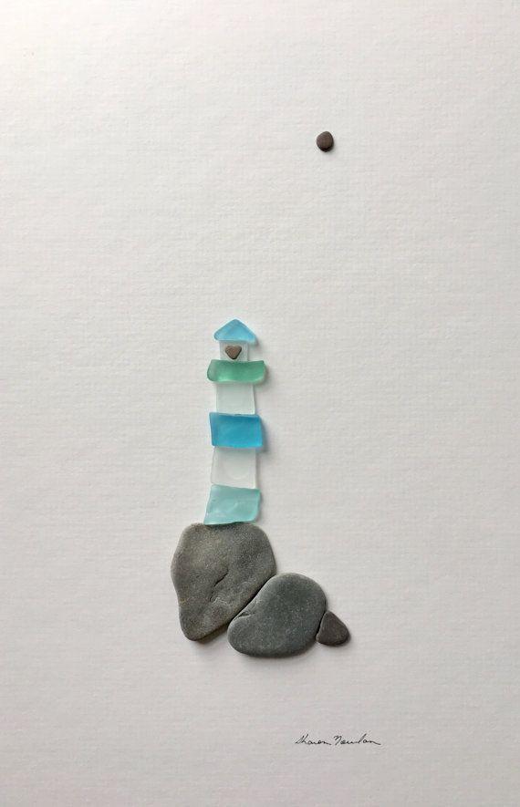 Cette maison légère de verre de mer est encadrée dans un cadre de 8 par 15 avec passe-partout et verre. C'est un véritable phare de l'amour avec un minuscule caillou coeur de roche l'éclairage de la voie. C'est assez ringard... mais il n'y a aucun fromage sur cette photo, il suffit de roches et verre de mer.