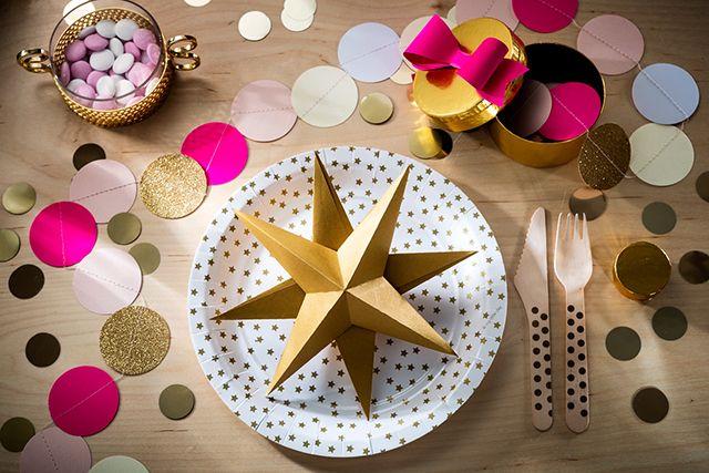 Kata kauniisti kertiksillä, kulta, valkoinen ja neonpinkki | a beautiful table setting with paper plates