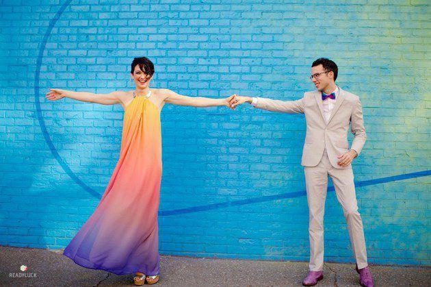 Ups, jangan salah mereka ini benar-benar menikah dengan gaun dan setelan jas ini lho. Selain tidak ribet, sederhana tapi lihat deh gaunnya bikin suasana semakin ceria kan?