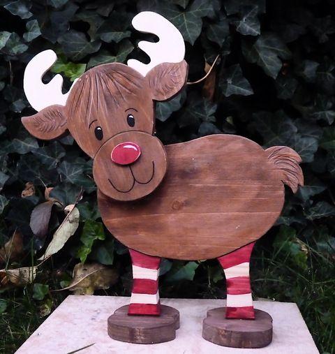 Großes Rentier mit niedlichen Ringelsocken aus Holz, Handarbeit by janeholz, Dieses süße Rentier mit seinen lustigen Ringelsocken eine tolle Weihnachts-Deko und findet an jeder ...