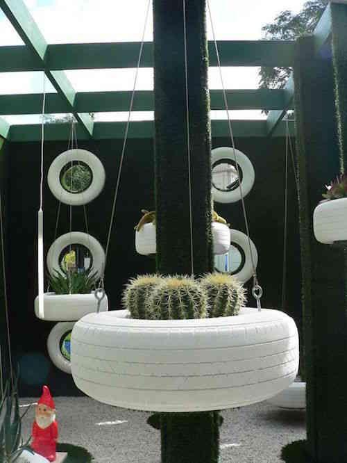 Pneus réutilisés en jardinière suspendues