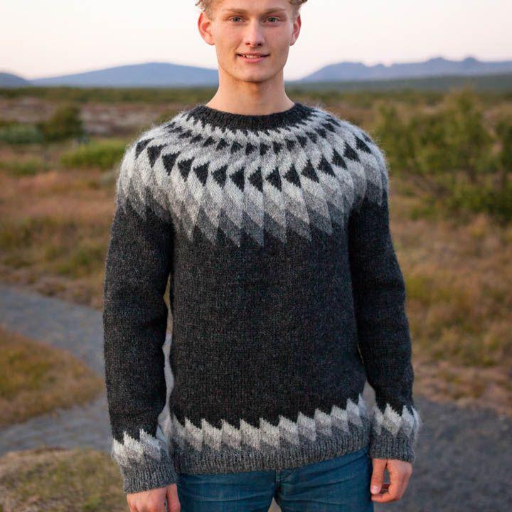 Jon sweater strikket i lettlopi Oversigt over materialer og strikkefasthed er nederst på siden Modellen er den sweater som Chili Klaus nogle gange har på til hans chilismagninger. Opskriften sælges kun sammen med garn til sweateren. Lettlopi garnet finder du her