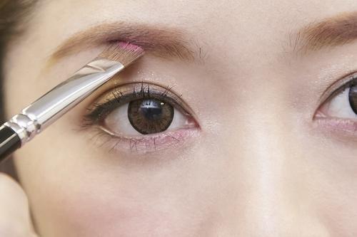 カラー眉毛♡ ①淡めのブラウンのアイブロウパウダーを眉全体 ②眉頭をはずして、ピンクチークorピンクシャドウをさっとON ③眉尻など形を整える ナチュラルなふんわり眉に仕上がるよ♡