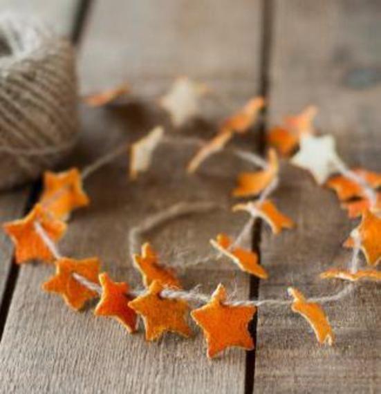 Le bucce di agrumi? Non buttatele! Potreste realizzare delle splendide decorazioni natalizie come queste...