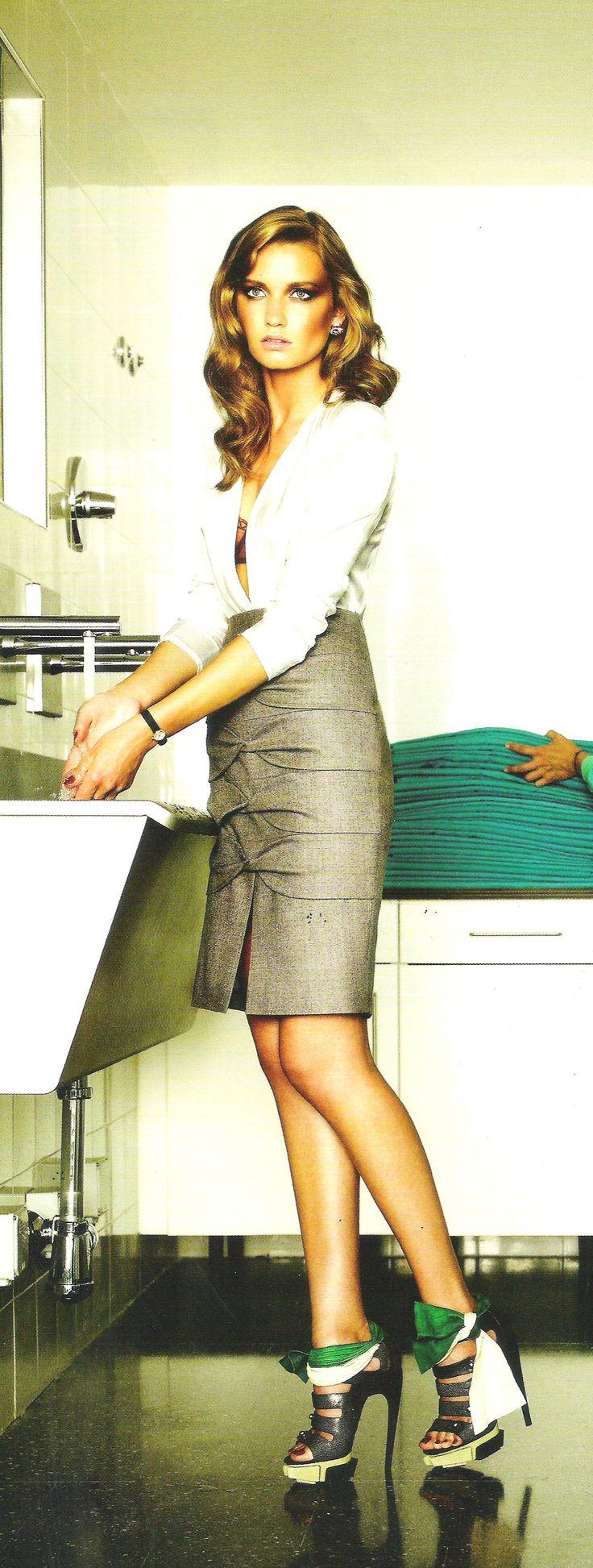 Blusa de satén con hombreras de Balmain, falda con lazos y abertura de Escada y sandalias de plataforma y lazos de satén de Balenciaga. Imagen de VOGUE ESPAÑA.