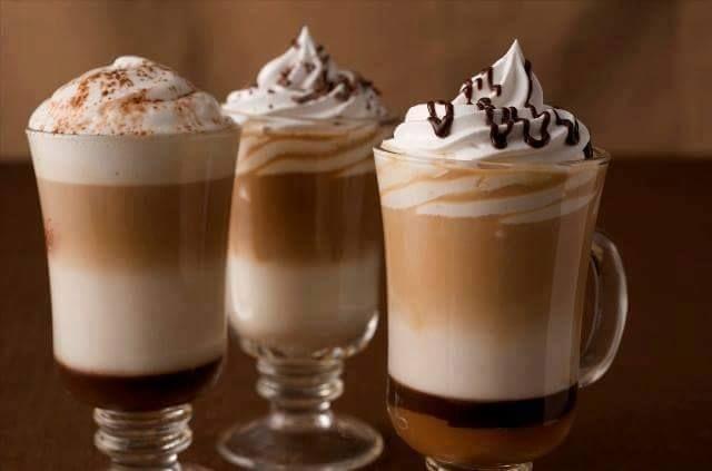 Ingredientes para Capuccino frappé: 1 Taza de Cafe frío 200 Gramos de Helado de Vainilla Azúcar blanco Hielo 100 Mililitros de Crema de leche o Nata  Pasos: Lleva el café frío y el hielo a una licuadora o procesador. Mezcla bien los ingredientes. Adiciona el helado de vainilla o el helado de tu preferencia que quieras utilizar y licua bien. En un bol aparte, mezcla la crema de leche con el azúcar y bate hasta que se integren los ingredientes. Sirve el café frappé en copas. Adiciona una…