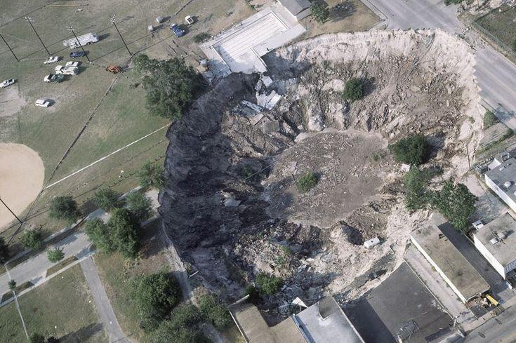 Le «sinkhole» (littéralement trou d'évier) que l'on appelle notamment doline en français est un affaissement de terrain abrupt. La plupart de ces cavités se forment quand les pluies acides dissolvent la roche calcaire ou assimilée sous la surface. Cela crée un immense vide qui s'effondre lorsque le poids à porter en surface est trop lourd. Ces affaissements sont monnaie courante en Floride, comme ici en 1981 à Winter Park, car le calcaire est la roche la plus répandue dans cet Etat…