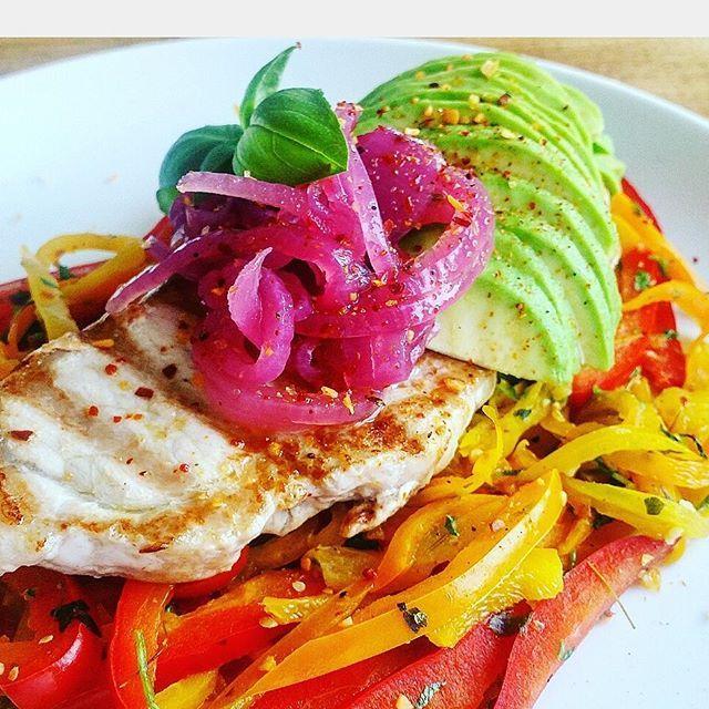 Aftensmaden inden den står på Distortion 😕😕 En masse grønt m. en kotelet 😂 #aftensmad #dinner #foodnerd #peberfrugt #grøntsager #instafood #LCHF #lchfdanmark #lchfdenmark #nosugar #kcal #vægttab #foodpic #smagfuldmad #smagenersagen #palæo #healthyfood #livinghealthy #simplefood #fitfam #fitfamdk #sundlivsstil #sund #sundhed #ernæring #velvære #mums #muskelmad #musclefood #porkchop