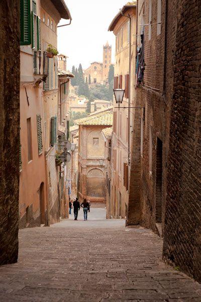Siena, Italië daar ligt deze mooie steeg. ik vind dat dit een van de mooie steden is omdat ik de sfeer heel romantisch vind. en ook is italie  mijn lievenlings land.