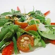 Grönt är gott! Bjud på en sallad med hyvlad parmesan och rostade pinjenötter, till det grillade eller som förrätt. Här hittar du ett enkelt och gott recept.