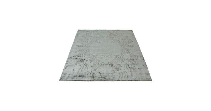 Dette japanskinspirerte teppet har detaljer tone-i-tone med en skinnende overflate og er en hilsen fra landet med den stigende solen.