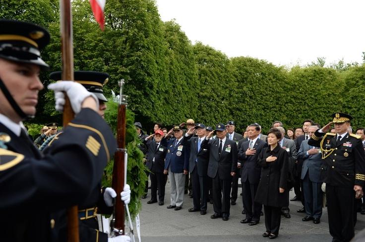 [대한민국 청와대] 2013 박근혜 대통령 미국 방문, 한국전 참전기념비 공원에서.. / [CHEONG WA DAE, Republic of Korea] 2013 President Park Geun-hye saluting at the Korea War Veterans Memorial ※ [사진제공_대한민국 청와대] 본 저작물은 공공저작물 자유이용허락 표준 라이선스 '공공누리'에 따라 이용하실 수 있습니다.