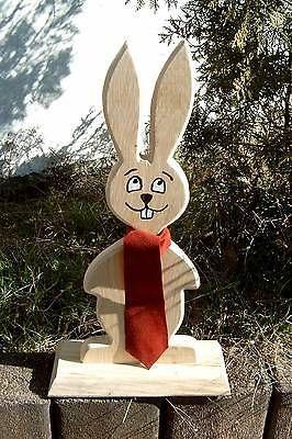 Osterhase aus gutem Eichenholz, 50 cm hoch, mit roter Krawatte