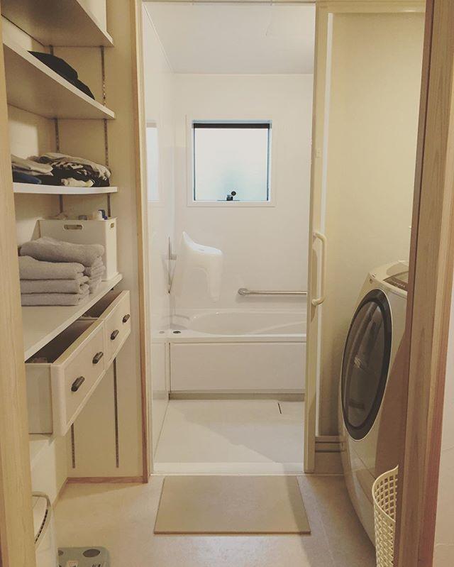 脱衣所 . 棚は可動棚になってます 下から 除湿機、体重計 子供たちのパジャマ、下着 タオル、洗剤、お風呂の念入り掃除グッズ 夫とわたしの部屋着 まだ洗わないけどクローゼットにしまいたくないジーンズ 一番上には掃除グッズや たまに使う美容用品とか . 子供たちのパジャマをしまってるケース 前の家で使ってたチェストの引き出しがぴったりで しっくり来たからそのまま使ってます 娘がお年頃になるまでには何か見つけないとなー 夫婦の下着は洗面台の引き出しにあるので ここは部屋着だけ あえて畳んで置いとくだけのショップ形式にしました← 見やすいし取りやすいしいいかな♬ . 部屋着は普段着から降格させたTシャツを着てるんだけど なかなか捨てられないから、まー増える増える 「その格好でコンビニに行って 知り合いに会っても大丈夫」 なものだけ残して思い切って捨てました . . #脱衣所#脱衣所収納#収納#断捨離#片付け#整理整頓#可動棚#シンプルライフ#フレディレック#ビッグドラム#マイホーム#マイホーム記録
