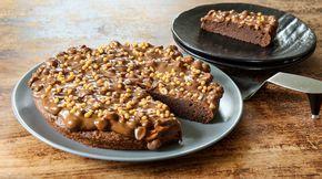 Oppskrift på saftig sjokoladekake med snickerstopping og karamellfudge
