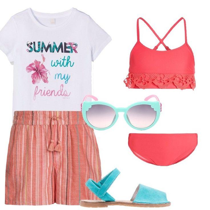 Un outfit estivo, pensato per una bimba composto da t-shirt bianca con stampa, short corallo in fantasia rigata, elastico in vita, coulisse. Bikini rosso vivo, bordo in pizzo, sandalo flat turchese, occhiali da sole acqua e rosa.