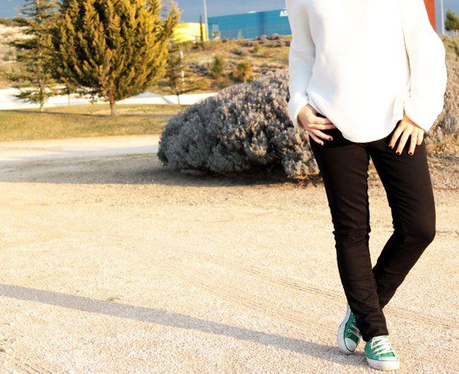 Look casual. Skinny jeans negros de Zara SS15, jersey de punto oversize blanco de Zara AW14, Converse verdes, coleta y tote birkin bag de Cristina Muñoz. Keep it simple.