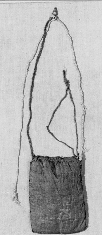 Object name: bourse-reliquaire Institution place: Liège[localité] Institution: Musée d'art religieux et d'art mosan Creator: inconnu (tisserand)  Date: 1201 (incertain) - 1300 (incertain) Provenance: Eglise Saint-André[Lierneux]; Lierneux Material: taffetas[f], soie Technique: tissé, technique de tressage Dimensions:  hauteur: 9 cm largeur: 5.5 cm