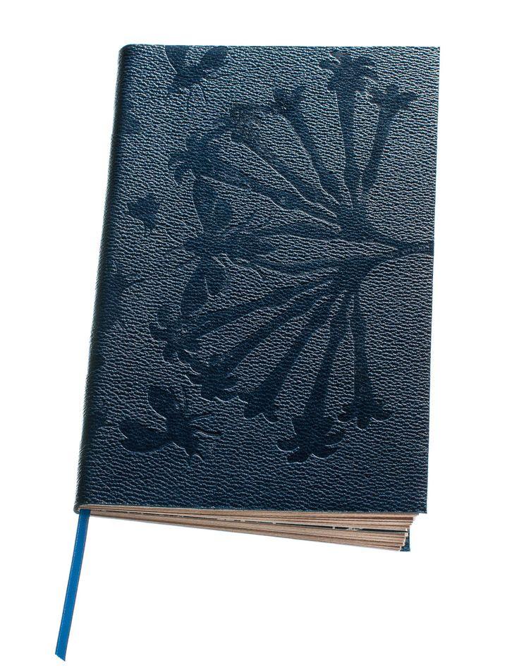 Butine : Le carnet voyageur, pour tout noter frénétiquement, telle une abeille qui pollinise. Elle se nourrit de fleurs, de poésie, de mots à chaque voyage. On laisse quelque chose de soi en lui confiant nos belles impressions… Pour y coucher ses pensées les plus intimes.