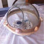 Γυάλα στρογγυλή πλαισιωμένη με σχοινί σε δυο αποχρώσεις και κοχύλια  .Στο εσωτερικό λευκές πέτρες μπλε πετρουλα και βάση για ρεσω πάνω σε λευκή πέτρα