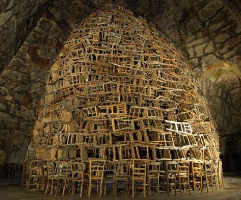 Tadashi Kawamata, installation, accumulation et assemblage de chaises en bois de modèles différents sous les voûtes à Reims en 2007