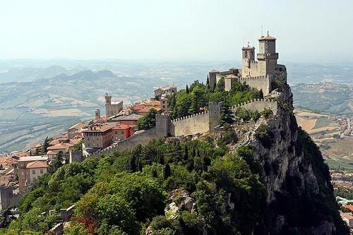 A República de San Marino, fundada em 331 D.C é a menor e mais antiga do mundo, localizada aos pés do Monte Titano em uma zona acidentada muito próxima ao mar Adriático, no sul do continente europeu.